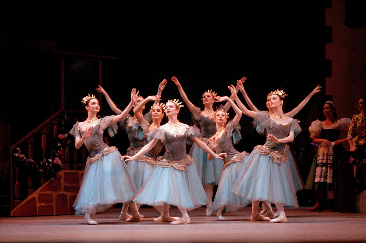 %e2%91%a3%e3%82%b3%e3%83%83%e3%83%98%e3%82%9a%e3%83%aa%e3%82%a2_roh-19-20_coppelia_artists-of-the-royal-ballet-in-coppelia_bill-cooper-2006